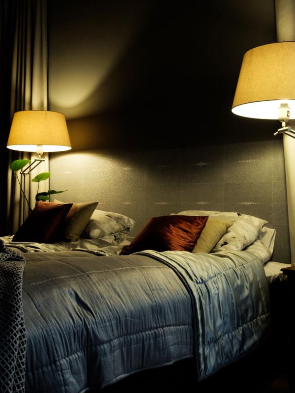 Makuuhuone lamppuineen.
