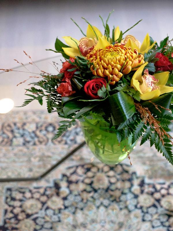 Kukkia lasipöydällä.