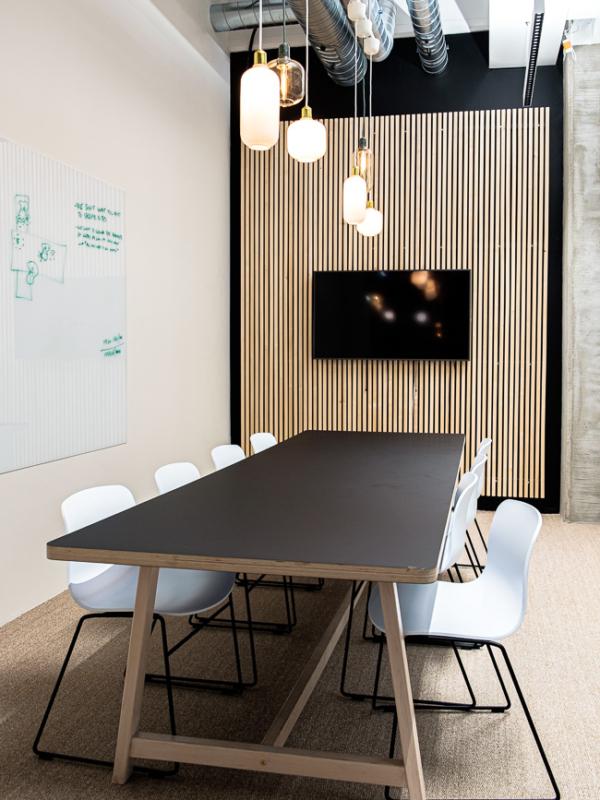 """""""Kakkosneukkarin"""" pöytä ja matalat valkoiset tuolit."""