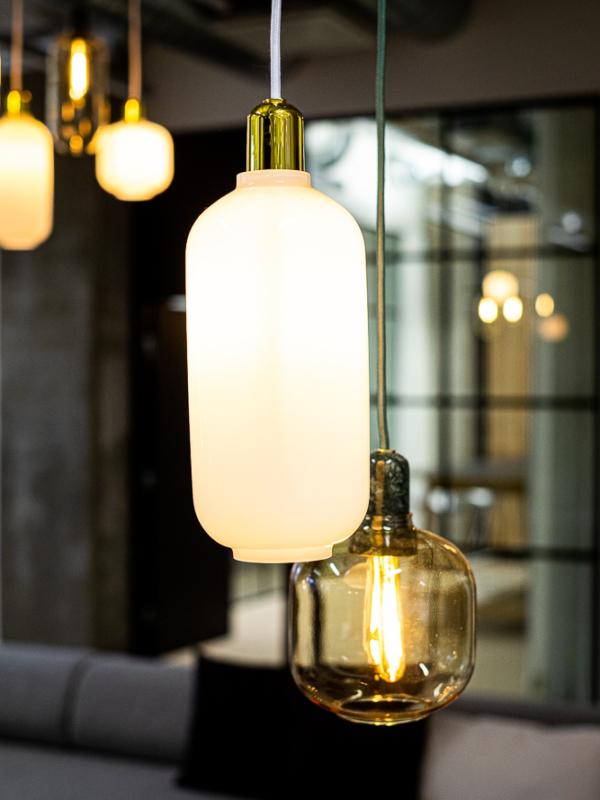 Normann Copenhagen Amp Lamp -valaisimet toimiston sisutuksessa.