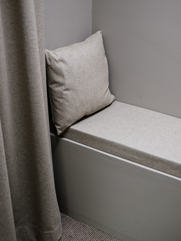 Toimiston puhelinkopin sohva.