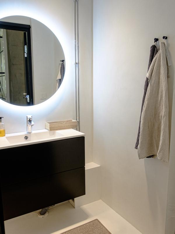Selkeät linjat ja materiaalit ulottuvat myös toimiston WC-tiloihin.