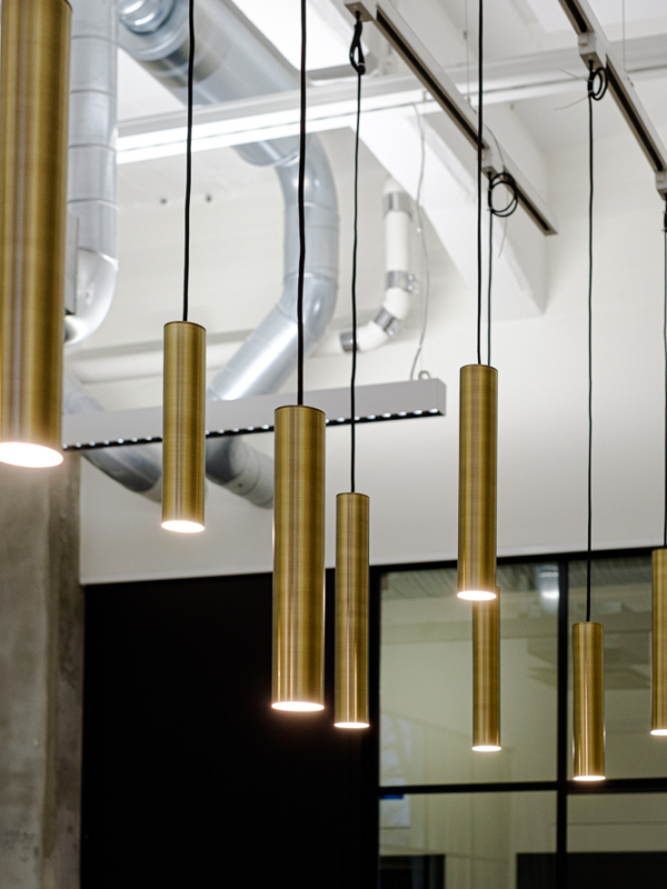 Suuressa kokoustilassa käytettiin myös aulan messinkisiä PIN-lamppuja.