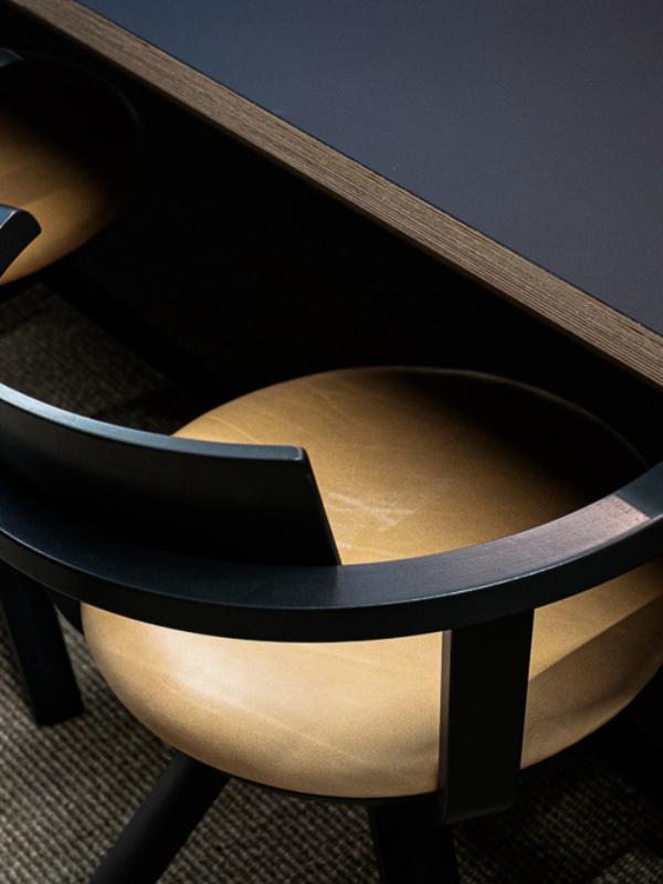 Kokoustilan Artek Rival -tuolit ovat näyttävät ja toimivat.
