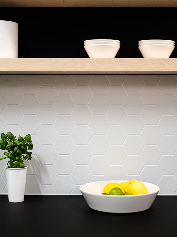 Toimiston keittiön sisustussuunnittelu on oikea paikka minimalismille.