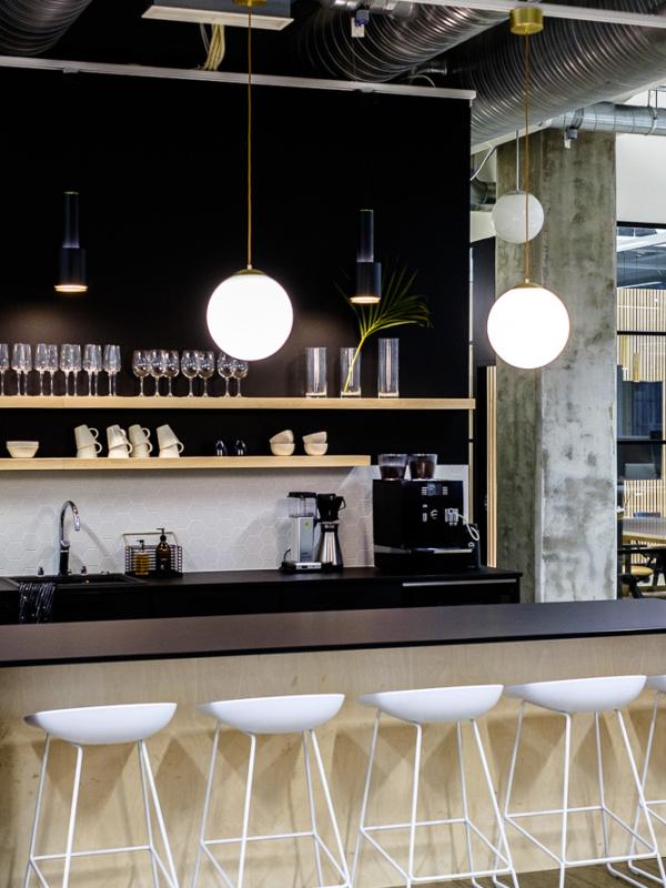 Toimiston keittiön sisustus muutettiin minimalistisen raikkaaksi.