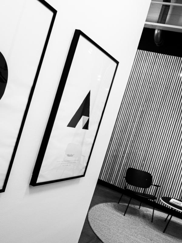 Mustavalkoinen kuva toimiston aulasta.