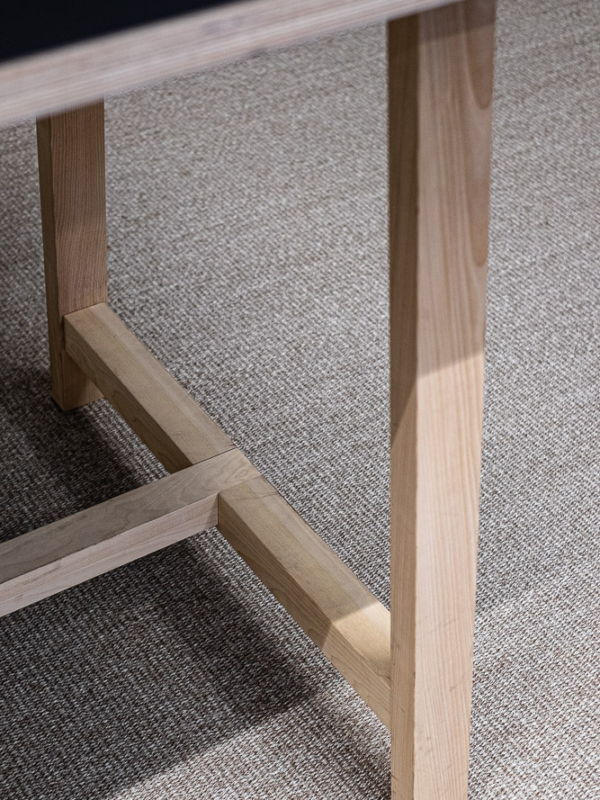 """""""Kolmosneuvottelutilan"""" korkea pöytä on puusepän käsialaa."""
