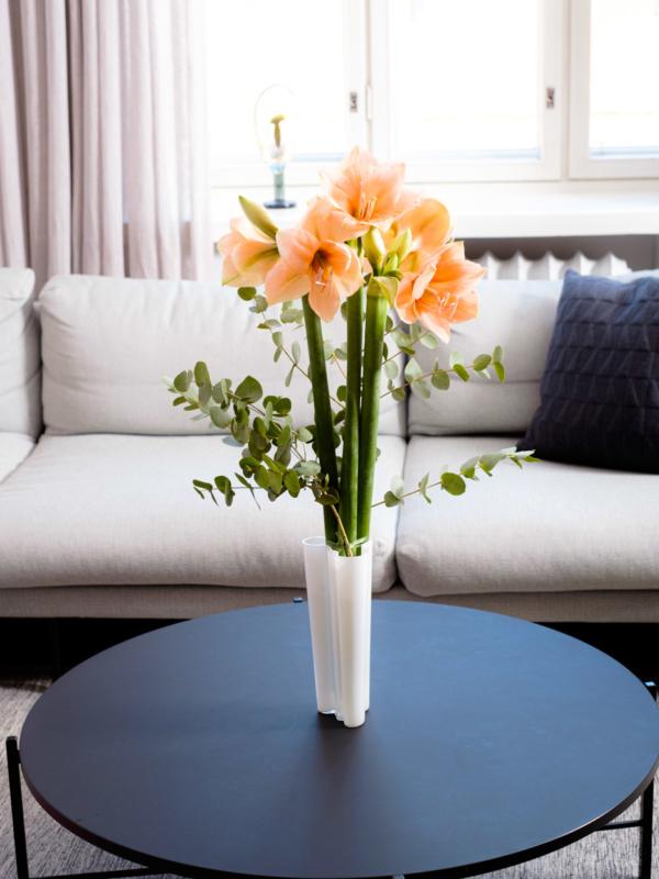 Kukkia olohuoneen pöydällä.