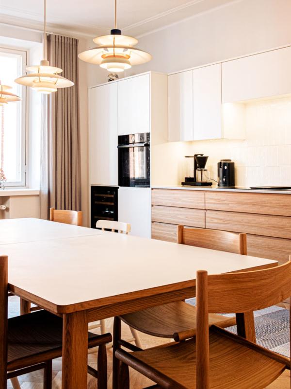 Olohuoneen verhosuunnittelu toistuu myös keittiön puolella.