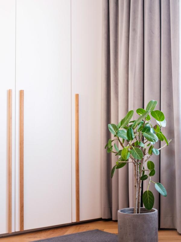 Makuuhuoneen pitkät tammivetimet.