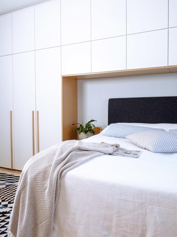 Makuuhuoneen kaapistot kattavat koko seinän.