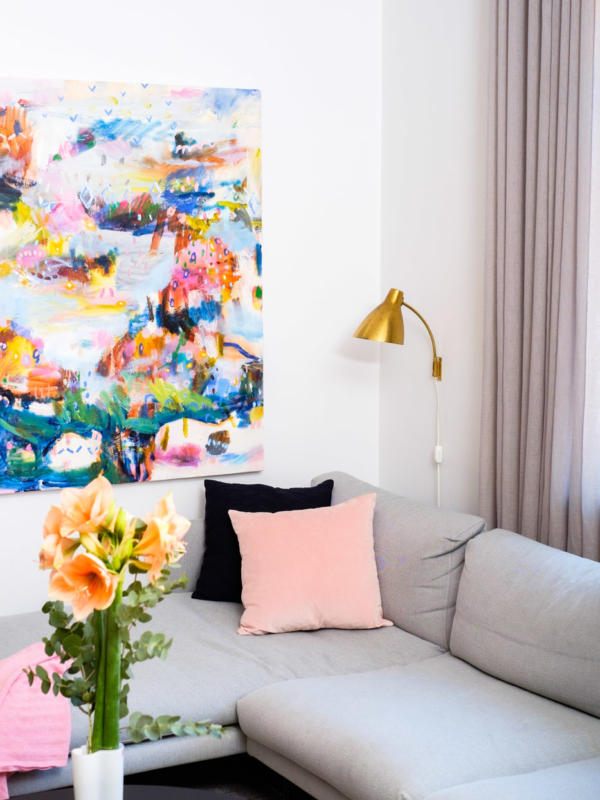 Olohuoneen verhot, lamput ja taide sopivat hyvin yhteen.