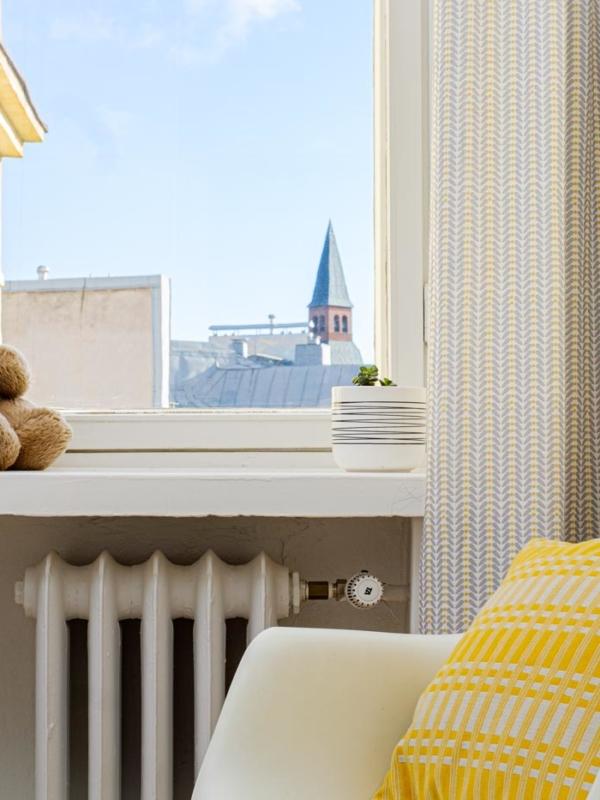 Lastenhuoneen verhot ja Johanna Gullichsen -tyyny lähikuvassa.