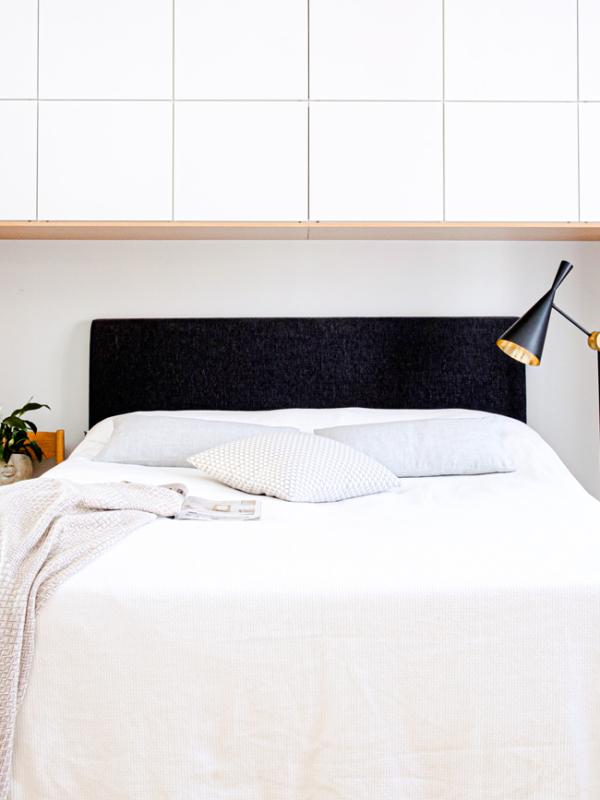 Makuuhuoneen upeat kaapistot ulottuvat kattoon asti.