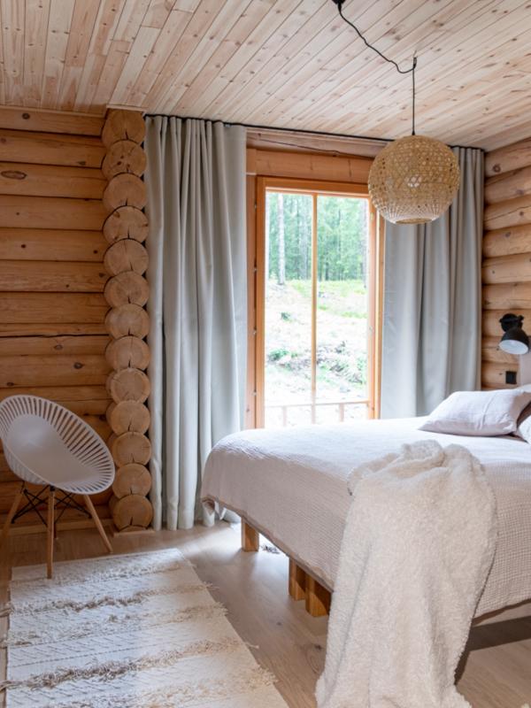 Huvilan pehmeätunnelmainen makuuhuone.