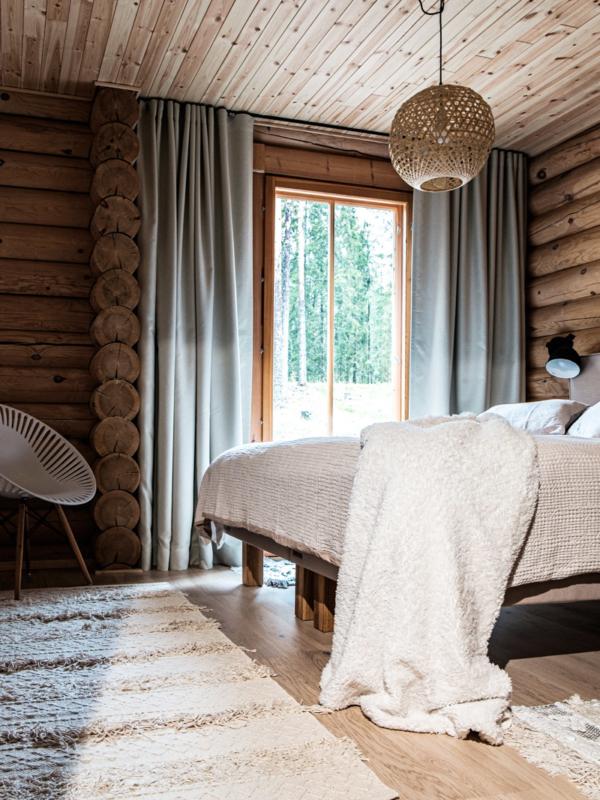 Makuuhuone kuvassa, jossa kankaiden tekstuurit korostvat.