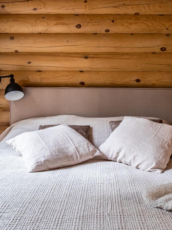 Makuuhuoneen seinään asennetut lamput jatkavat sisutussuunnitelman mukaista linjaa.