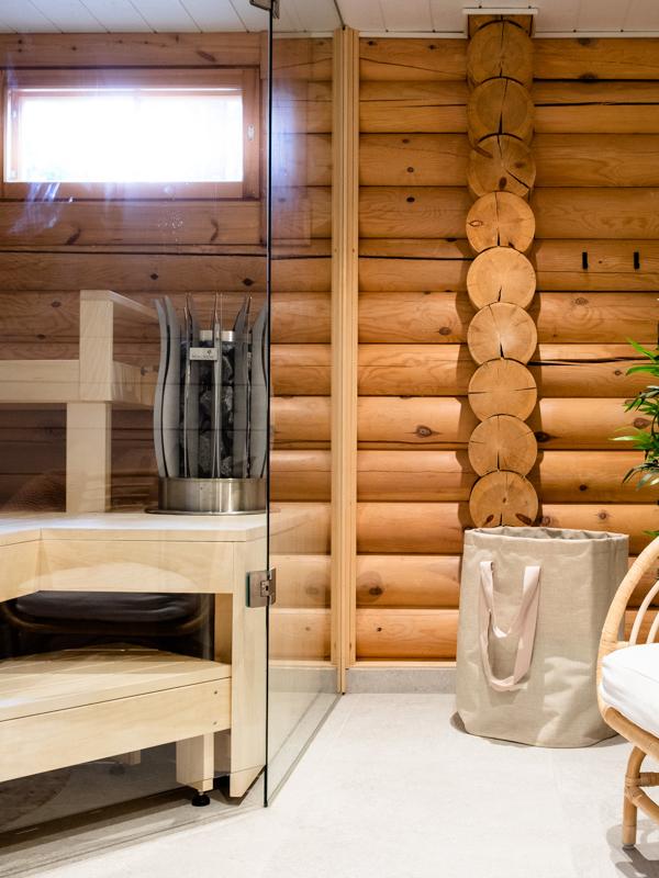 Huvilan kylpylähenkinen saunatila.