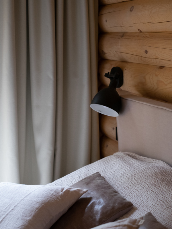 Verhojen, hirsiseinien, tekstiilien ja metallien tekstuurit luovat tilaan hotellihenkeä.
