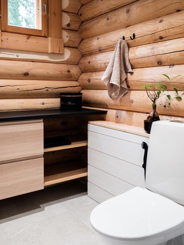 Pieni WC-jatkaa modernin ja rustiikkisen yhdistelmällä.