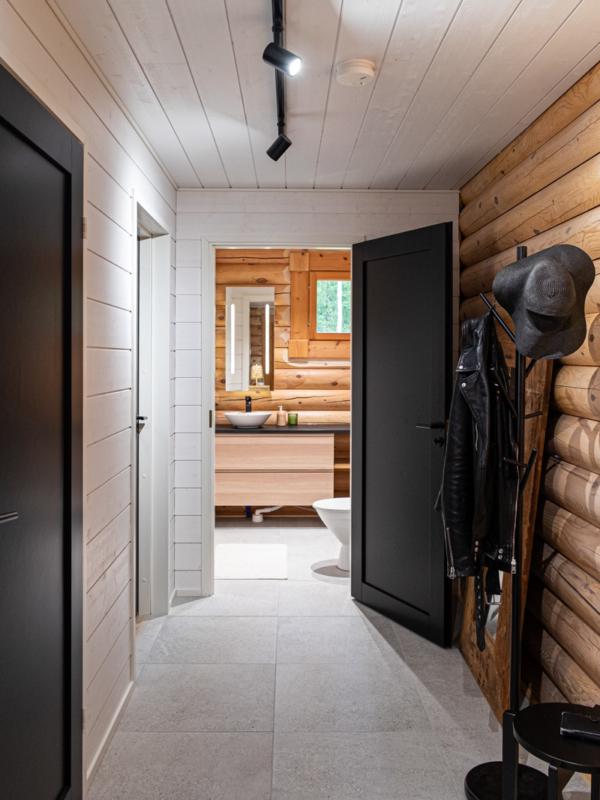 Huvilan aula johtaa wc- ja saunatiloihin sekä alakerran makuuhuoneeseen.