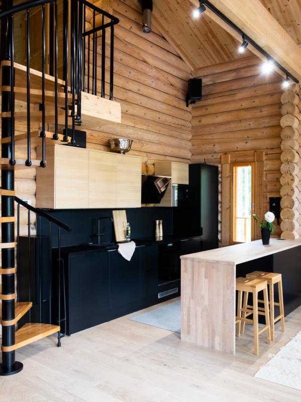 Yläparren led-lamput korostavat modernia keittiötä.