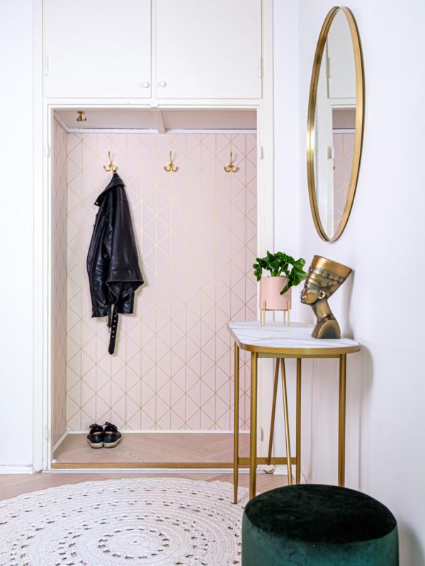 Selkeä väri- ja materiaaliteema jatkuu konsistentisti läpi koko asunnon.