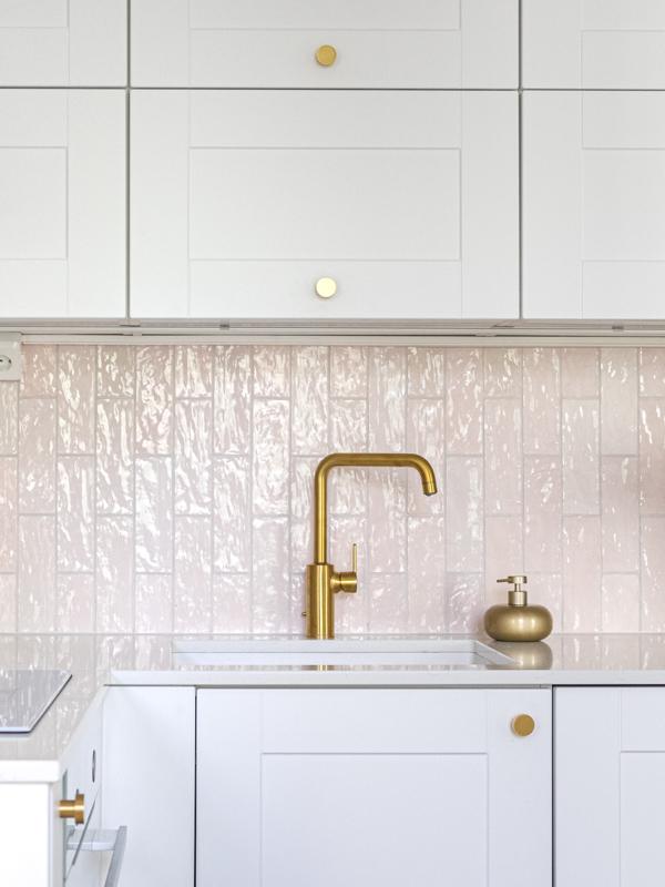Pienessä asunnossa keittiön osuus sisustussuunnittelussa korostuu.